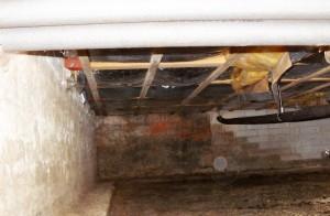 kruipruimte waarbij het vocht langs de funderingsmuren omhoog trekt en de vloeren aantast